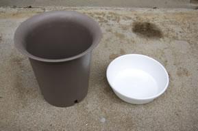 使用する5号プラ鉢と受皿