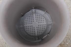 丸鉢の底に網戸の網を敷く
